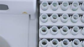 Tubos de ensaio no laboratório científico, médico brilhante moderno video estoque