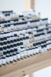 Tubos de ensaio no suporte de madeira foto de stock royalty free