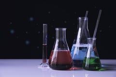 Tubos de ensaio químicos do laboratório de vidro com líquido para analítico, médico, farmacêutico e a pesquisa científica fotos de stock