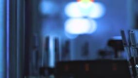 Tubos de ensaio de vidro em uma linha de produção na companhia farmacéutica Processos de produção na companhia farmacéutica filme