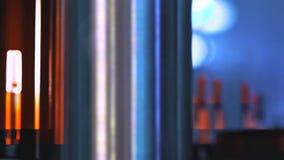 Tubos de ensaio de vidro em uma linha de produção na companhia farmacéutica Processos de produção na companhia farmacéutica vídeos de arquivo