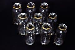 Tubos de ensaio de vidro em uns produtos vidreiros de laboratório escuros do fundo foto de stock