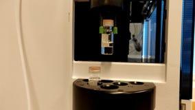 Tubos de ensaio de vidro móveis automatizados do braço dentro de uma máquina video estoque