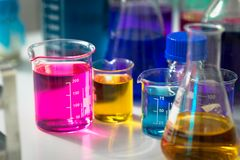 Tubos de ensayo con las sustancias químicas coloridas fotos de archivo libres de regalías