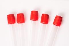 Tubos de ensayo para las muestras de sangre con el casquillo rojo fotos de archivo libres de regalías