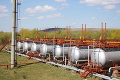 Tubos de gas y los tanques de almacenamiento imagen de archivo libre de regalías