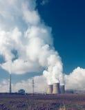 Tubos de la central eléctrica con humo Imagen de archivo