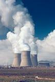 Tubos de la central eléctrica con humo Foto de archivo
