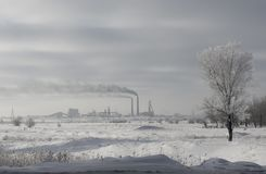 Tubos de la fábrica lejos que fuman fotografía de archivo