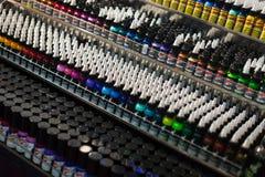 Tubos de la pintura profesional del tatuaje en el escaparate Imágenes de archivo libres de regalías