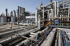 Tubos de la refinería de petróleo Imágenes de archivo libres de regalías