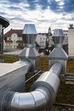 Tubos de las unidades de aire acondicionado en el tejado Imágenes de archivo libres de regalías