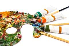 Tubos de pinc?is multicoloridos da pintura e do artista de ?leo no close up da lona Paleta com pinturas coloridas imagem de stock royalty free