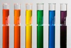 Tubos de prueba con colores del arco iris Foto de archivo