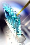 Tubos de prueba en laboratorio de investigación de la ciencia fotos de archivo libres de regalías