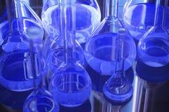 Tubos de prueba en luces azules Fotos de archivo libres de regalías