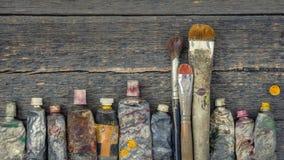 Tubos del cepillo y de la pintura del artista imágenes de archivo libres de regalías