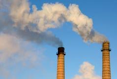 Tubos del ladrillo con un humo Fotos de archivo libres de regalías