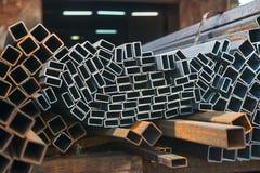 Tubos del metal en un almacén de la fábrica Fotos de archivo