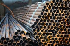 Tubos del metal en un almacén de la fábrica Imagen de archivo