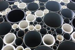 Tubos del PVC empilados en emplazamiento de la obra Fotografía de archivo