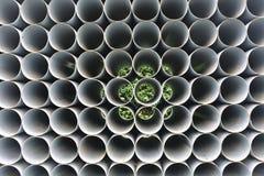 Tubos del PVC empilados en emplazamiento de la obra Imagen de archivo libre de regalías