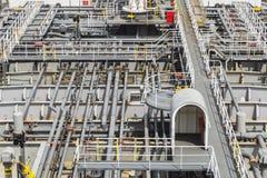 Tubos del sistema del cargo en la cubierta del buque del producto derivado del petróleo imagen de archivo