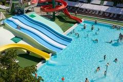 Tubos, diapositivas y piscina coloridos en el aquapark Fotos de archivo libres de regalías