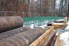 Tubos do ferro no canteiro de obras no inverno foto de stock royalty free