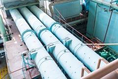 Tubos en la sala de máquinas para las turbinas de vapor imagen de archivo