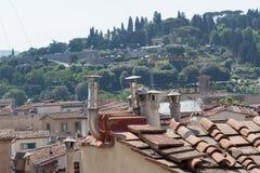 Tubos en un tejado del tild de un edificio Imagenes de archivo