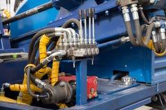 Tubos, encaixes e alavancas hidráulicos no painel de controle Imagens de Stock Royalty Free
