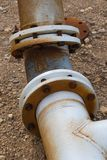 Tubos enormes y rebordes usados para el drenaje del agua fotos de archivo