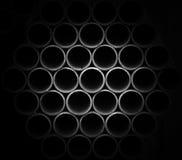 Tubos grises apilados en emplazamiento de la obra Imágenes de archivo libres de regalías