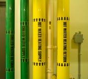 Tubos industriales de la agua caliente y fría Fotografía de archivo