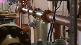 Tubos metal-gas grandes redondos del movimiento sujetados con las tuercas almacen de video