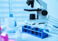 Tubos micro con las muestras biológicas en laboratorio Imagen de archivo