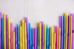 Tubos multicolores para los cócteles Imagenes de archivo