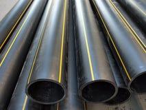 Tubos negros del PVC del plástico en la calle Fotos de archivo
