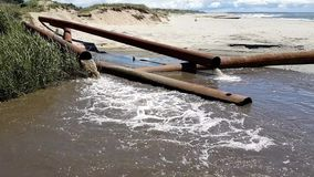 Tubos oxidados de la contaminación de agua