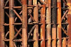 Tubos oxidados del metal de vieja construcción de puente Imagen de archivo