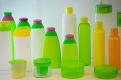 Tubos para produtos cosméticos no fundo branco Grupo de tubos cosméticos vazios Recipientes para o creme e o champô ou o gel fotografia de stock