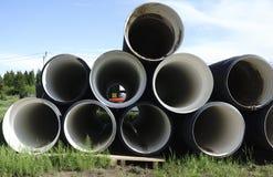 Tubos plásticos acanalados en un emplazamiento de la obra Imagen de archivo