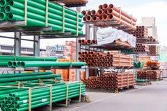 Tubos plásticos en una yarda de la fábrica o del almacén fotografía de archivo libre de regalías
