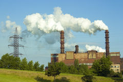 Tubos que fuman de la fábrica Foto de archivo