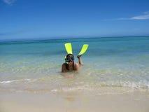 Tubos respiradores de la muchacha en la playa tropical hermosa Foto de archivo libre de regalías