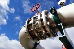 Tubos, tornillos, válvulas contra el cielo azul imagen de archivo libre de regalías