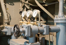 Tubos viejos del metal con un manómetro Fotos de archivo libres de regalías