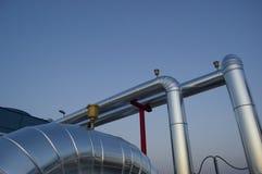 Tubos y válvulas de la planta de aire acondicionado Imágenes de archivo libres de regalías