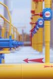 Tubos y válvulas en la gasolinera Fotos de archivo